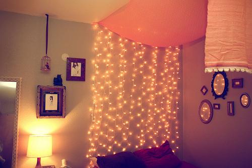 Por lo que, como en breve voy a tener que ponerme a decorar mi nuevo dormitorio, creo que voy a meter las luces navideñas en la maleta.