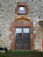 El portal del Mas Font de l'Òbi amb l'estructura superior feta de totxanes
