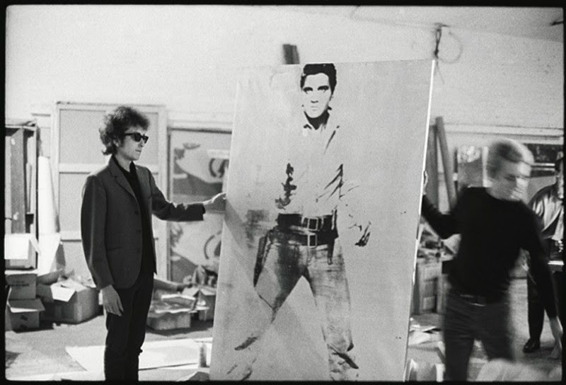 http://2.bp.blogspot.com/-cLDGnWuMrgs/U1bil6E_hCI/AAAAAAAAZkM/3iOowIaSJBg/s1600/Bob-Dylan-with-a-Double-Elvis-screen-print-by-Andy-Warhol-The-Silver-Factory-231-East-47th-street-New-York-1965-photo-Nat-Finkelstein-800x544.jpg