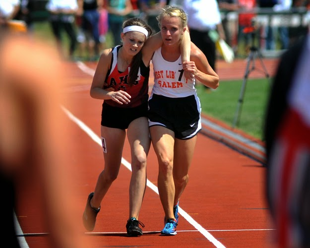 25 Photos Of People Who Will Inspire You - After Arden McMath collapsed during a 3,200-meter race, Meghan Vogel helped McMath cross the finish line.
