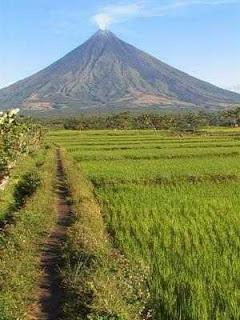 photo of The Mayon Volcano (Mount Mayon)
