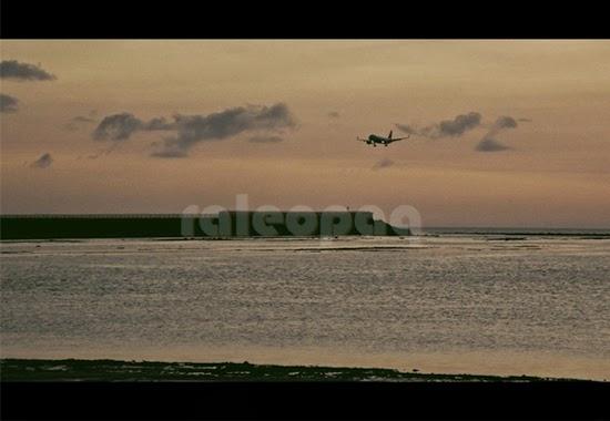 Pemandangan dari Pantai Jerman yang dapat melihat pesawat yang akan mendarat di Bandara Internasional Ngurah Rai - Bali.