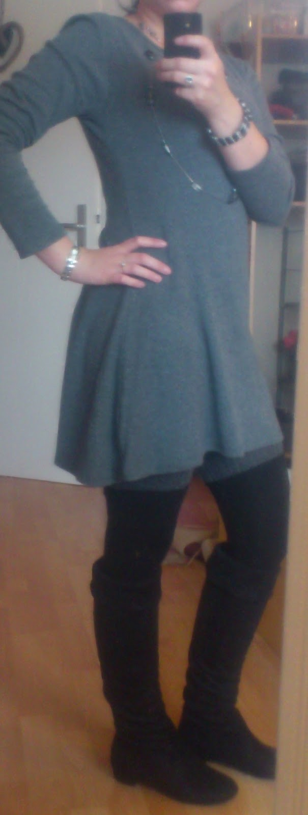 Outfit Basickleid un Overknees