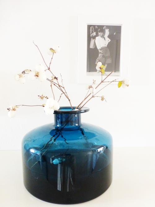 Dekoration Schneebeeren Knallerbsen Glasflasche blau weiß