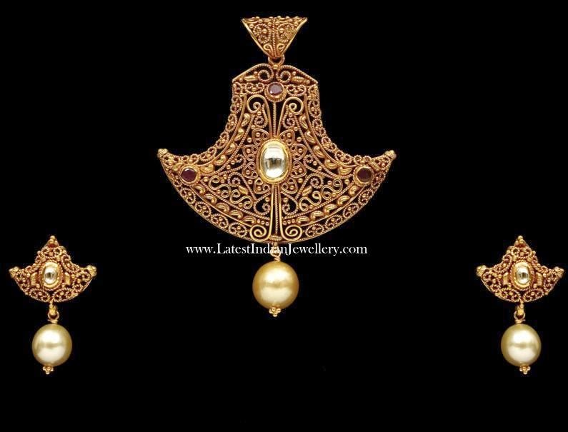 Filigree Fancy Gold Pendant Set
