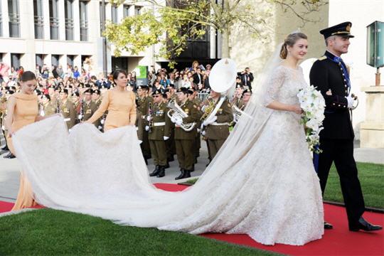 Le 20 octobre 2012, comtesse belge scintille en robe de mariée dentelle à  couper le souffle comme elle épouse héritier du trône de Luxembourg lors  d\u0027une