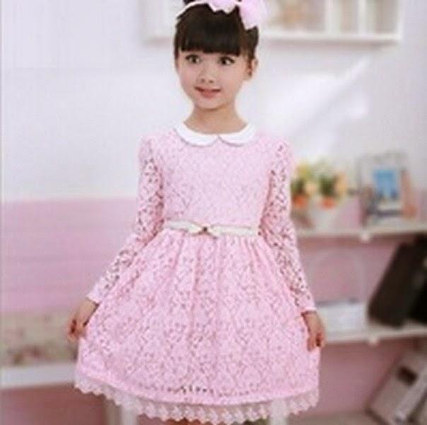 Anak perempuan cantik pakai dress warna pink