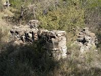 Restes d'una barraca de vinya sota el punt més alt de la Serra Mitjana