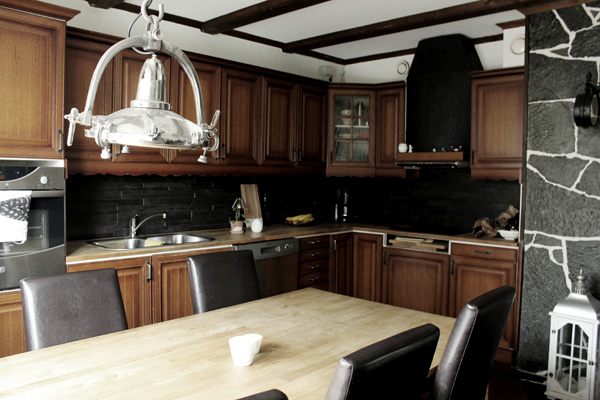 kök i svart och vitt med bruna köksluckor, kök ekluckor, köksskåp av ek