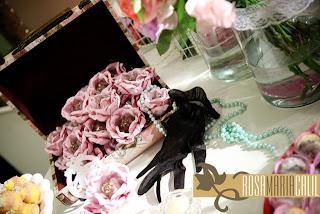 vidros com renda,pérolas, maleta com doce, flores, luvas