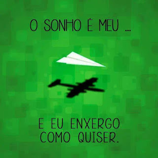 Banner com fundo em formas quadrangulares verdes, sobrepostas em transparência. A sombra de um aviãozinho de papel branco se projeta abaixo na forma de um avião. Acima do aviãozinho, lê-se em letras pretas: O sonho é meu... Abaixo da sombra do avião: e eu enxergo como quiser.