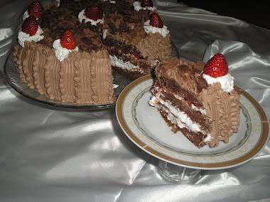 Bolo de chocolate recheado com chantily e geleia natural de morango