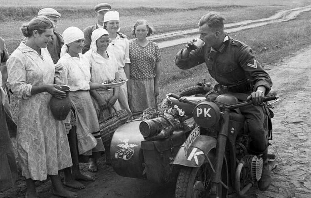 http://2.bp.blogspot.com/-cNbgJ-VBP1E/VodY8ruzIwI/AAAAAAABsi4/m_qJDApIqS0/s1600/german_soldier_on_motorcycle_being_welcomed_in_Russia.jpg