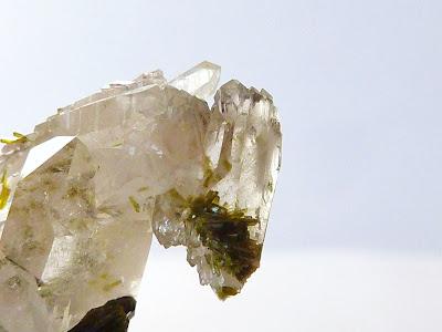 détail d'un minéral d'épidote à travers un cristal de quartz