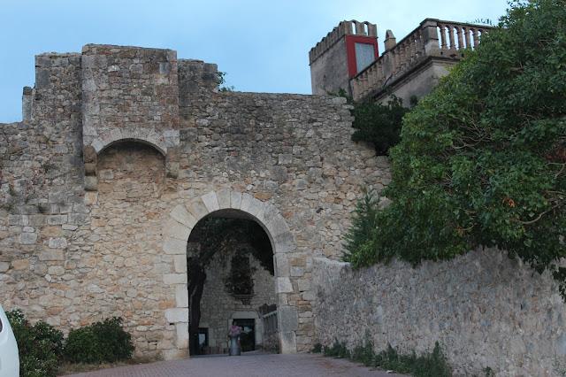 Entrada al recinto fortificado de San Martín de Ampurias