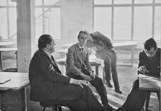 Ludwig+mies+van+der+rohe+con+los+estudiantes+de+la+bauhaus,+berl%c3%adn,+1933.+imagen+fuente+desconocida
