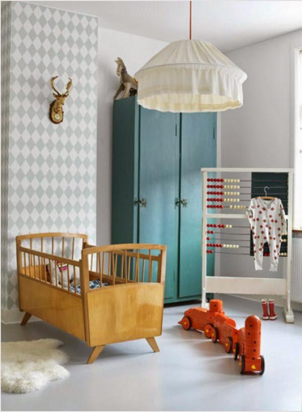 combinación de madera y papel de pared cuarto infantil
