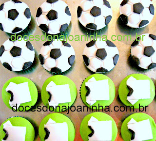 futebol mini cupcakes decorados com camisa do time e bola