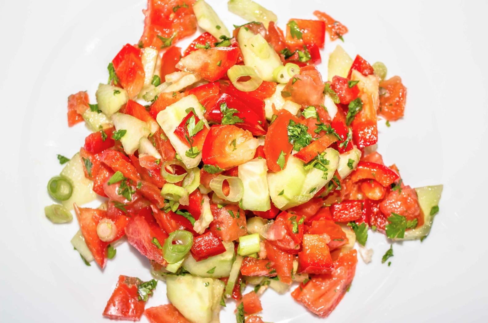 Salat Gurke, Tomate, Paprika in feinen Stücken