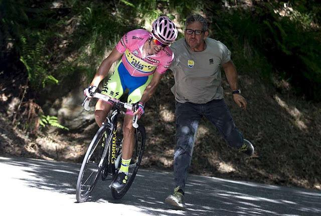 Buscando un motor en la bici de Contador... DE RISA
