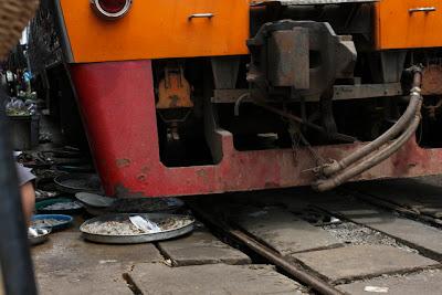 pasar ditengah jalur kereta api