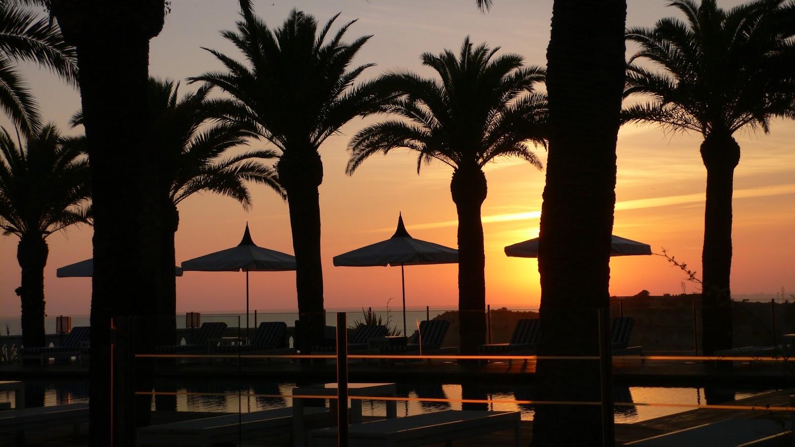 Aurinko laskee Praia de Rochalla. 76796f4679