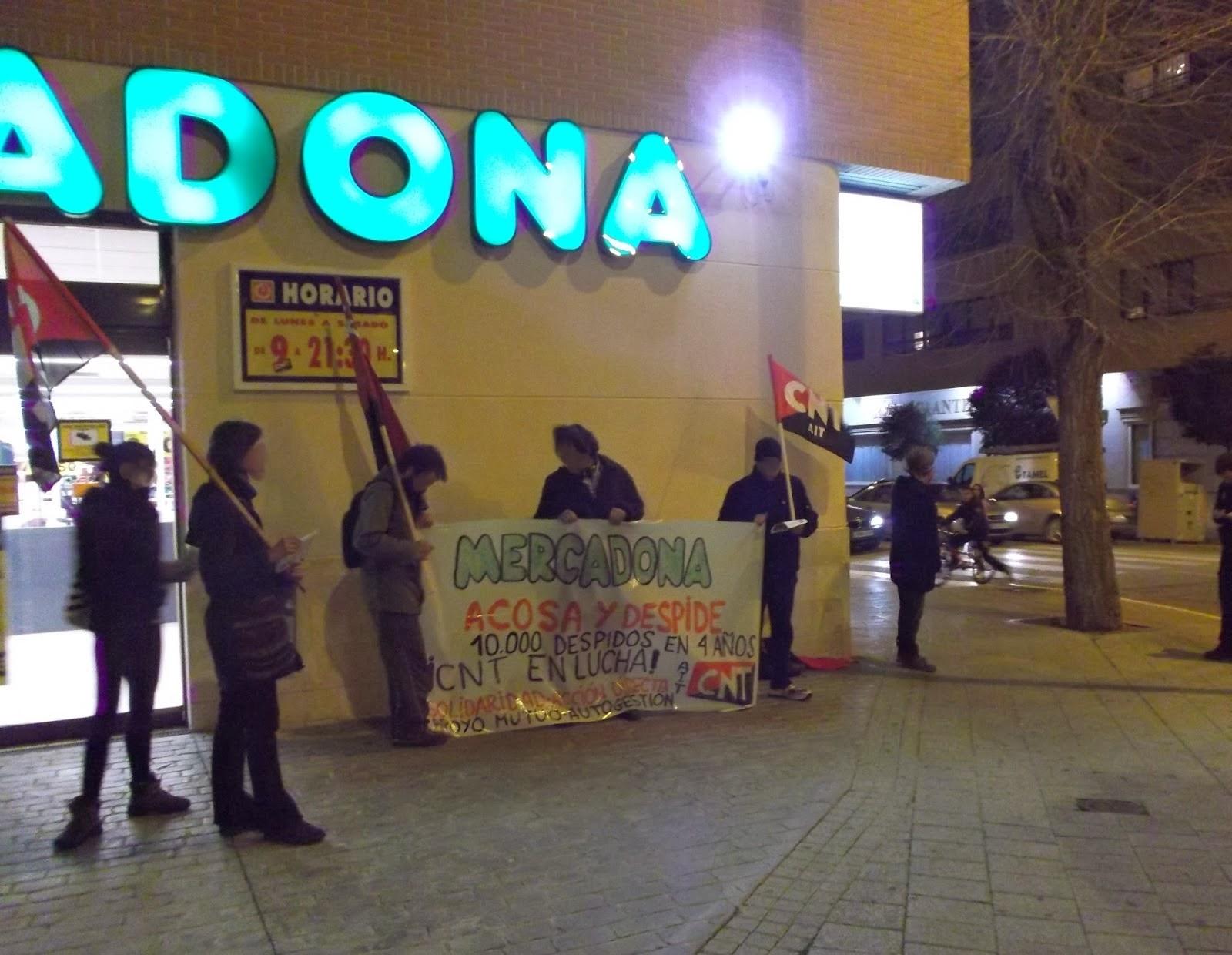 """Semana de lucha de CNT-AIT contra Mercadona en Albacete   Desde el Sindicato de Oficios Varios de Albacete de CNT-AIT, hemos salido a la calle durante esta semana a solidarizarnos con las compañeras y los compañeros despedidos por Mercadona, y sobre todo con los compañeros y compañeras que pertenecían a la CNT-AIT. Ya que han sido los trabajadores afiliados a la CNT-AIT los más perseguidos por Mercadona, ya que CCOO y UGT hasta la fecha no han hecho nada más que presentarse como cómplices de su política laboral.   La Semana de Lucha contra Mercadona del 17 al 23 de febrero que ha convocado el sindicato CNT-AIT Valencia y CNT-AIT la Vall d' Albaida, ha dejado tiempo para cartelería en denuncia del acoso y de la política de despidos que ha realizado contra los trabajadores y trabajadoras. El pasado día 20 de febrero, nuestro Sindicato realizó una concentración en un establecimiento de Mercadona para informar de la jornada de lucha, denunciando el ERE encubierto y el deterioro de las condiciones de trabajo de sus trabajadores y trabajadoras.  Varios compañeros entraron en el establecimiento repartiendo octavillas, para que tuvieran conocimiento de lo que a fuera se iba a realizar, explicando los motivos de aquella acción. Y en la calle nos concentramos unas cuantas personas donde desplegamos una pancarta y repartiendo un panfleto e informando lo que estaba sucediendo a la gente que pasaba por allí. Nada más salir los compañeros, que se encontraban informando a los trabajadores y trabajadoras de Mercadona, se encontraron con que ya había llegado la policía, por lo que comenzamos a informar y denunciar mucho más insistentemente a Mercadona, para impedir que la noticia no fuesemos nosotros sino las prácticas de acoso y despido de Mercadona. La gente, en su mayoría, se mostró solidaria con el conflicto e indignándose de lo que está sucediendo. Durante una hora nos concentramos en la puerta denunciando y gritando: """"Mercadona, acosa y despide"""", """"Unión, Acción y Autogestión"""","""