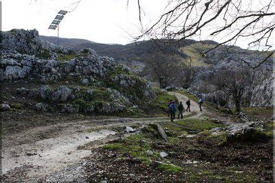 Camino entre por las cabañas de Arbelar