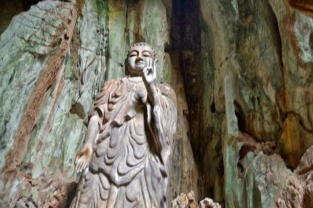 Escultura de Buda en las montañas de mármol