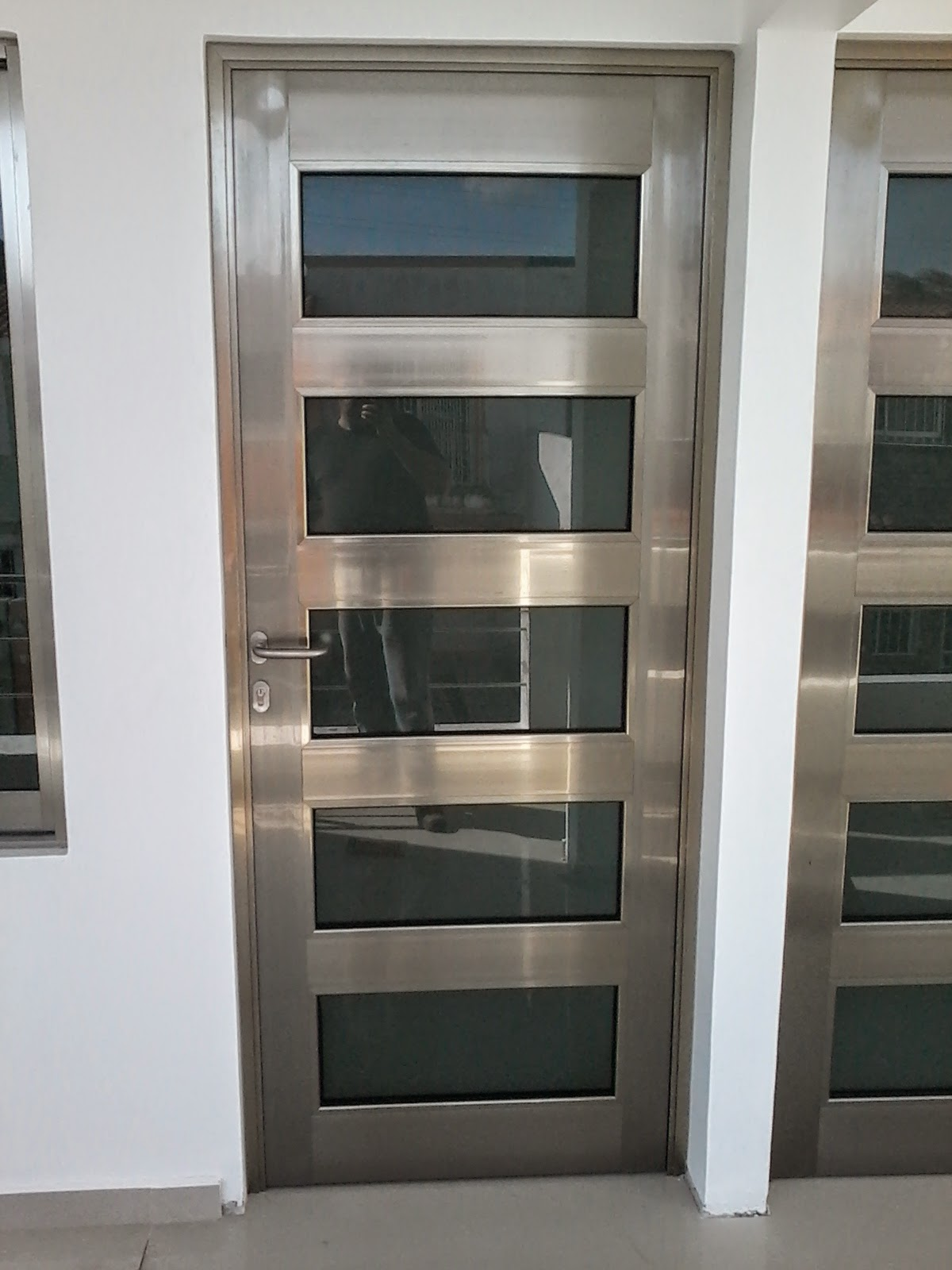 Puertas de aluminio para ba o color madera for Puertas en aluminio