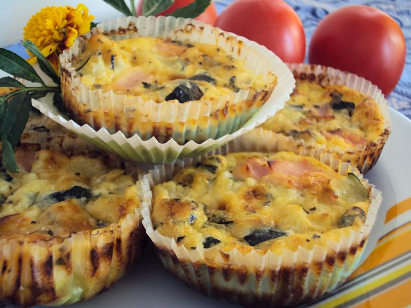 Babeczki na śniadanie z jajek, z cukinią, szynką i żółtym serem