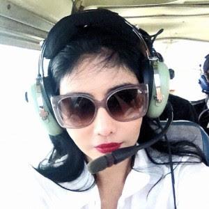 Gambar Ella Belajar Memandu Kapal Terbang