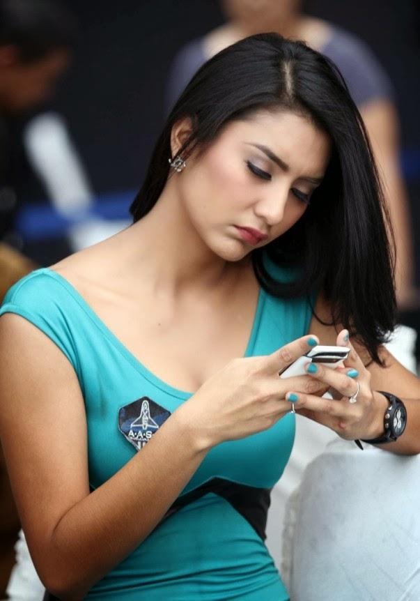 Foto Tyas Mirasih Menjadi Agen di Axe Apollo   Bi Photography