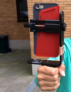 Smartphone im Bumper an Klemmhlaterung, Winkelschiene mit Griff
