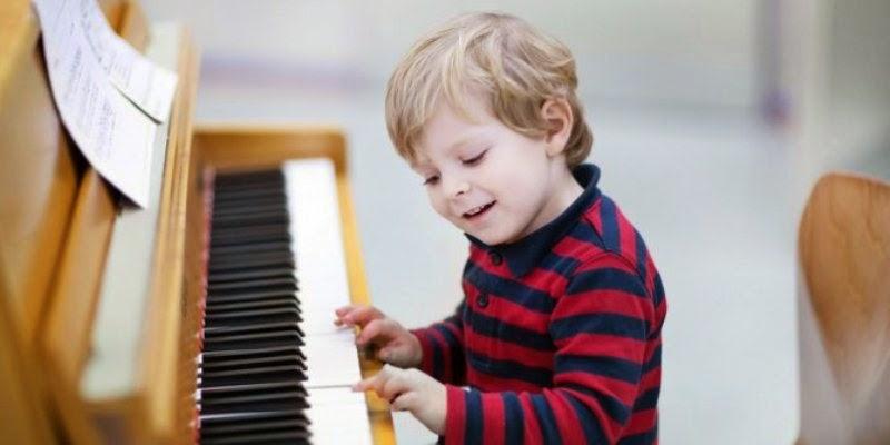 Gambar anak laki-laki keren main piano