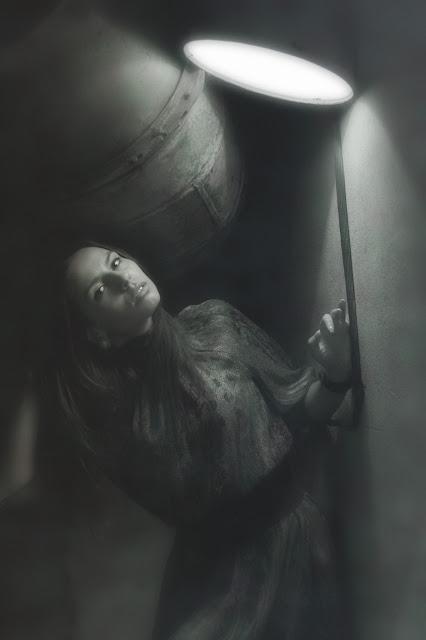 фотография девушки возле фонаря