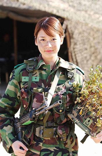 foto cantik dan machonya tentara wanita dari berbagai