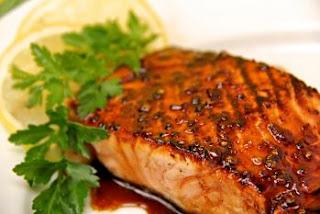 """<img src=""""salmón-en-salsa-de-soja.jpg"""" alt=""""una comida rica en proteínas, no proporciona azúcar y solamente una pequeña cantidad de grasa buena"""">"""