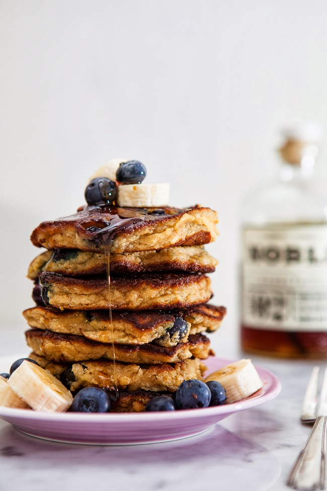 Blueberry Banana Pancakes / blog.jchongstudio.com