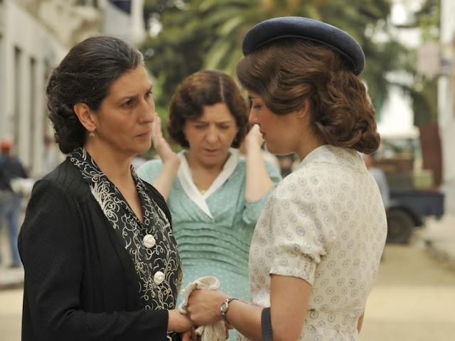 Sira Quiroga vestido blanco con círculos morados despidiéndose de su madre. El tiempo entre costuras. Capítulo 6
