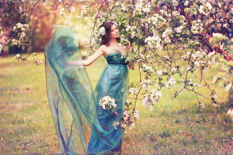 девушка фея в саду