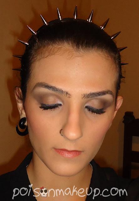 Maquiagem com côncavo marcado e esfumado.