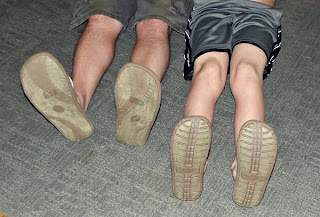 Pai e filho usando chinelos