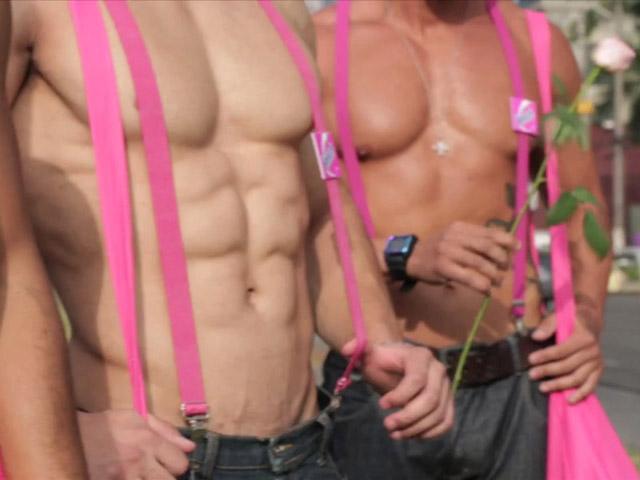 """Sem camisa, """"homens-tanquinho"""" distribuíram rosas para as mulheres nas ruas de São Paulo. Foto: You Tube/Reprodução"""