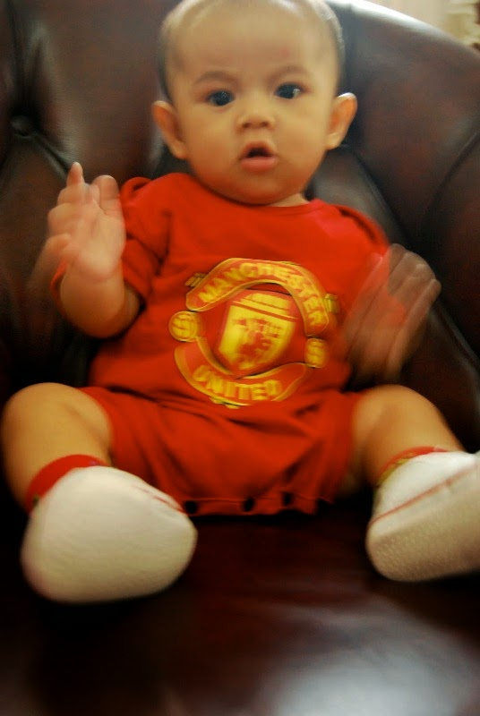 Foto bayi laki-laki lucu imut pakai baju manchester united