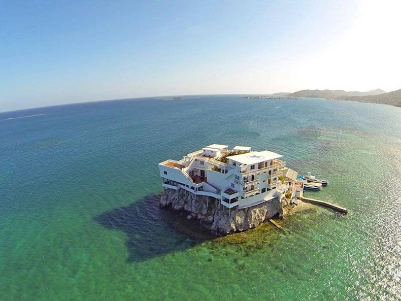 Este paraíso para el buceo está construido sobre una roca y rodeado por arrecifes