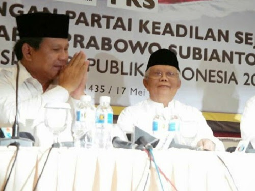 Prabowo duduk di samping KH Hilmi Aminuddin