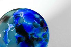 canica de cristal azul