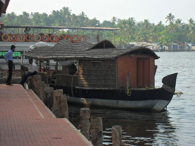 Каналы Кералы, кораблик у причала