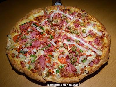 Jodie's Pan Pizza: Pizza metade Brasileira metade Jodie's Speciale